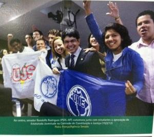 Senador Randolfe Rodrigues (PSOL/AP) comemora a aprovação do Estatuto na CCJ do Senado com dirigentes da UNE, UBES e UJS.